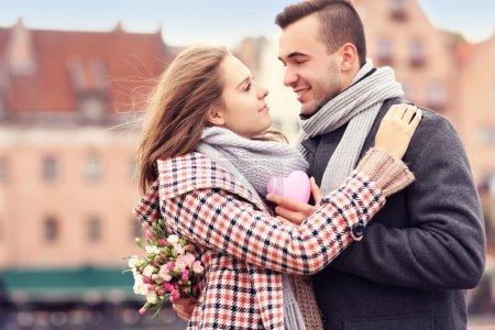 Photo pour Une photo d'un couple le jour de la Saint-Valentin dans la ville avec des fleurs et le cœur - image libre de droit