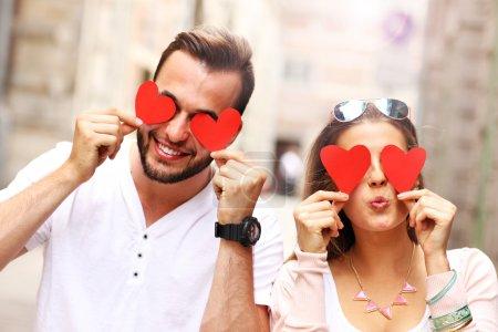 Couple heureux avec coeurs