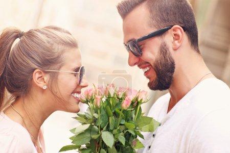 couple romantique avec fleurs