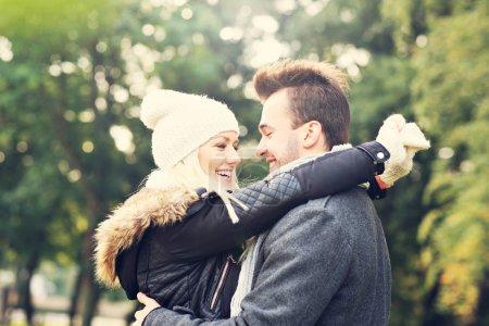 Photo pour Une photo d'un jeune couple romantique hugging dans le parc en automne - image libre de droit