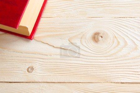 Photo pour Livre rouge sur la table en bois. Vue de dessus. Retour à l'école. Espace copie - image libre de droit