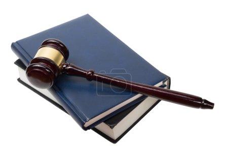 Photo pour Concept de Law - livre de droit ouverte avec un maillet en bois juges sur table dans un bureau d'exécution de droit ou de la salle d'audience isolé sur fond blanc. Espace copie de texte. - image libre de droit