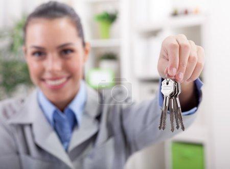 Photo pour Jeune femme agent de vente d'appartements livrés clés - image libre de droit