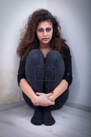 Photo pour Violence domestique et violente, coups et viols assis dans le coin - image libre de droit