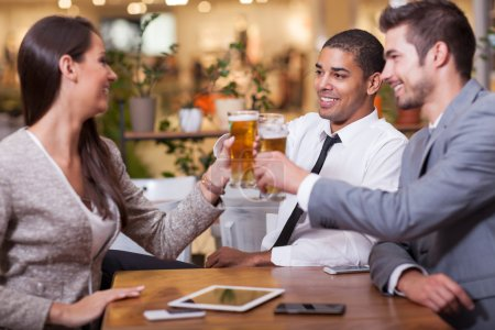 Groupe de gens d'affaires dans le restaurant griller des succès d'affaires