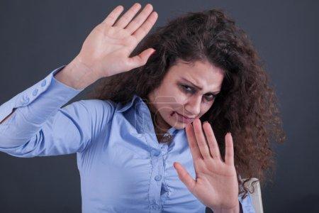 Photo pour Violence domestique et violente, femme battue et violée assise dans le coin - image libre de droit
