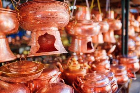 Photo pour Ustensiles traditionnels chinois faits à la main et chaudron en cuivre vintage (bateau à vapeur) au marché, la vieille ville de Lijiang, Chine. Lijiang est une destination touristique populaire d'Asie. Profondeur de champ faible . - image libre de droit