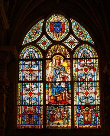 Photo pour Le vitrail dans l'église catholique de Saint Germain d'Auxerre à Paris, France. Paris est l'une des destinations touristiques plus populaires en Europe. - image libre de droit