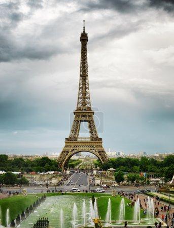 Photo pour Vue sur la Tour Eiffel et les Jardins du Trocadéro à Paris, France. Paris est l'une des destinations touristiques les plus populaires en Europe . - image libre de droit