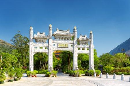 Photo pour La porte blanche menant au monastère de Po Lin à l'île de Lantau, à Hong Kong. Hong Kong est une destination touristique populaire de l'Asie . - image libre de droit