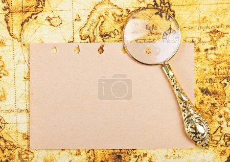 vieille loupe et page du carnet
