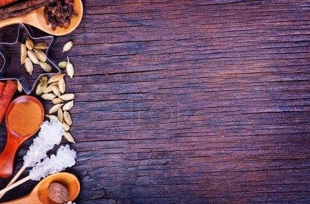 Photo pour Épices pour la cuisson sur la table en bois. Texture pour la recette - image libre de droit