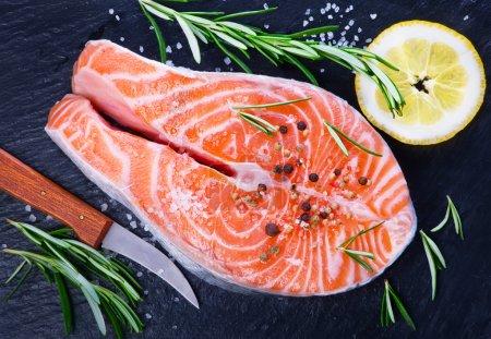 Photo pour Saumon frais avec romarin et citron sur la table - image libre de droit