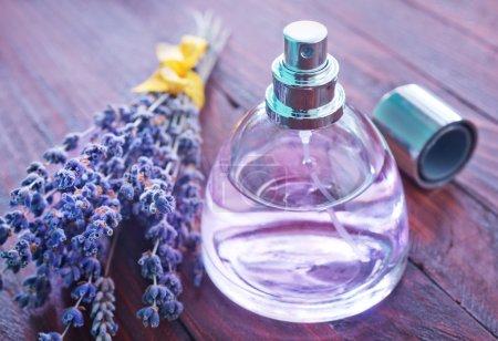 Photo pour Bouteille de parfum sur table en bois - image libre de droit