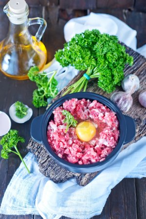 Minced meat and raw egg