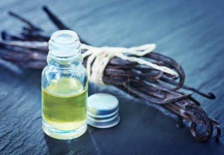 Photo pour Huile aromatique dans une bouteille en verre, huile de vanille - image libre de droit
