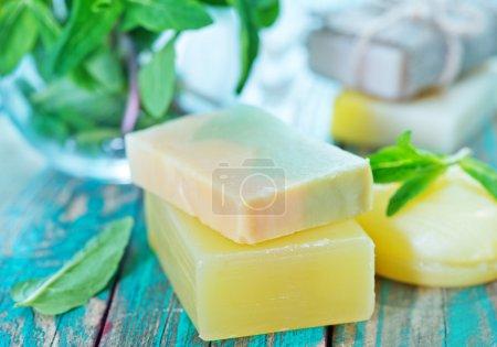 Photo pour Feuilles de savon et de menthe sur la table en bois - image libre de droit