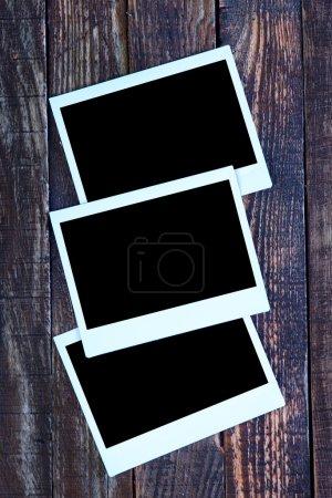 Photo pour Cadres photo de style polaroid sur le fond en bois - image libre de droit