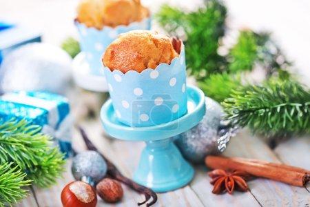 Photo pour Gâteaux de Noël avec des épices sur les stands de la table en bois avec des décorations de Noël - image libre de droit