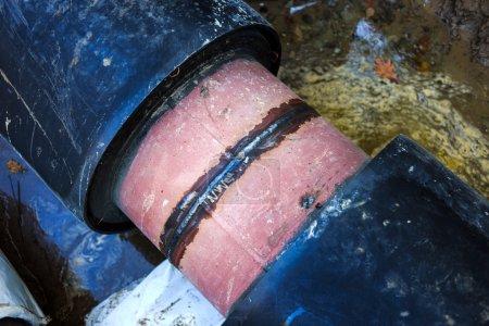 Photo pour Soudure sur tubes en acier (tube gros plan avant le revêtement de la couche isolante) - image libre de droit
