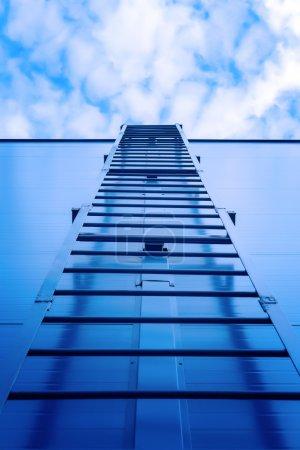 Foto de Escalera metálica que conduce al techo del centro comercial - Imagen libre de derechos