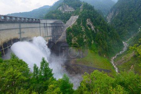 Photo pour Le barrage de Kurobe est un barrage à arc à rayon variable situé sur la rivière Kurobe à Toyama, au Japon. Il supporte le Kurobe No. 4 Centrale hydroélectrique et appartient à Kansai Electric Power Company . - image libre de droit