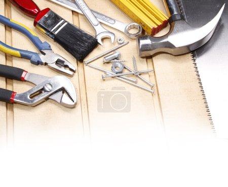 Photo pour Outils de travail assortis sur bois. Espace de copie - image libre de droit