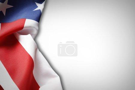 Photo pour Gros plan du drapeau américain sur fond uni - image libre de droit