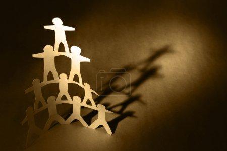 Photo pour Pyramide de l'équipe humaine tenant la main - image libre de droit
