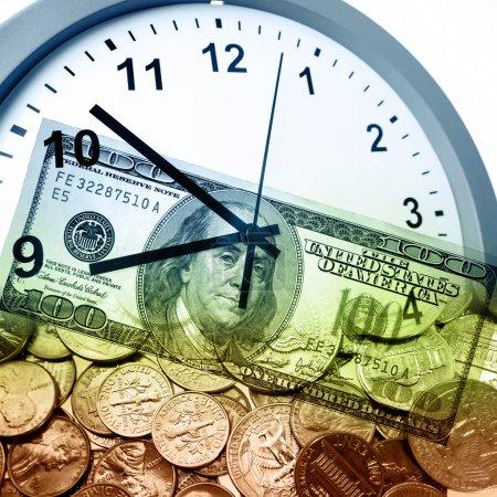 Photo pour Horloge et monnaie américaine. Le temps est concept d'argent - image libre de droit