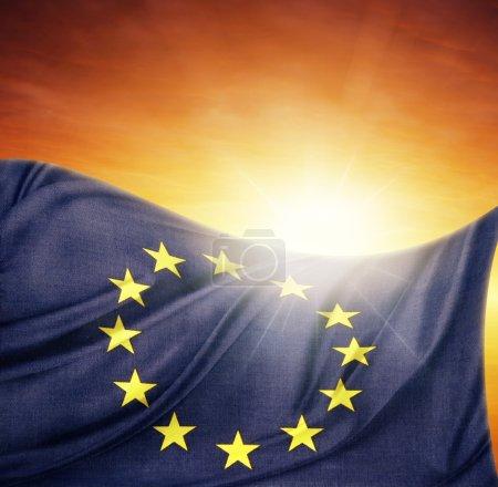 Photo pour Drapeau de l'Union européenne devant un ciel radieux - image libre de droit