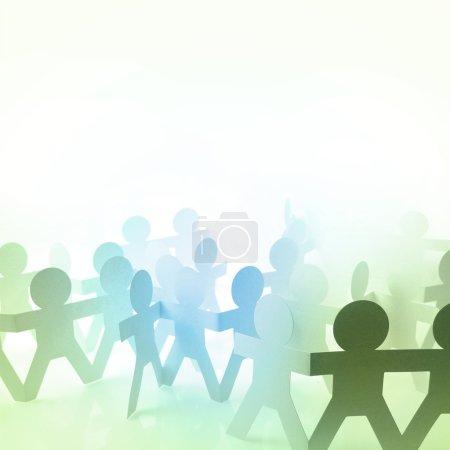 Photo pour Poupée en papier personnes tenant la main - image libre de droit
