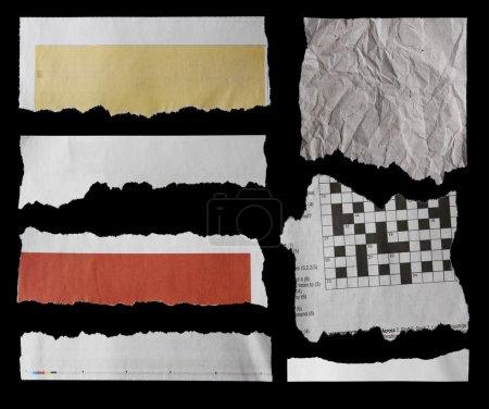Photo pour Des morceaux de papier déchiré sur du noir. Espace de copie - image libre de droit
