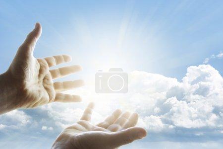 Photo pour Les mains tendues vers le ciel - image libre de droit