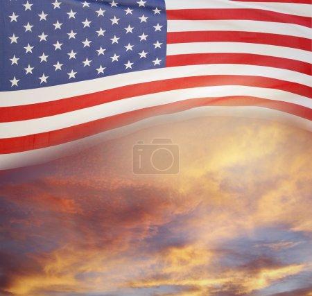 Photo pour Drapeau américain et ciel lumineux - image libre de droit