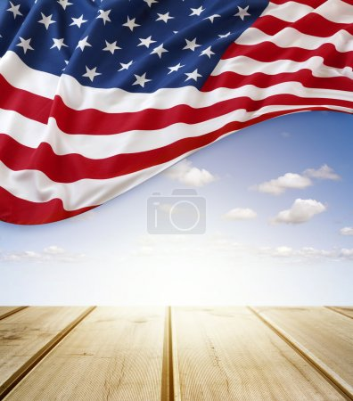 Photo pour Drapeau américain dans le ciel bleu au-dessus de la promenade - image libre de droit