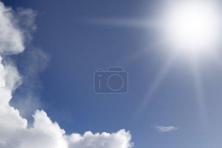 Foto de Sol brillante en el cielo azul - Imagen libre de derechos