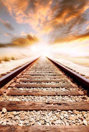 Photo pour Les voies ferrées disparaissent au loin - image libre de droit