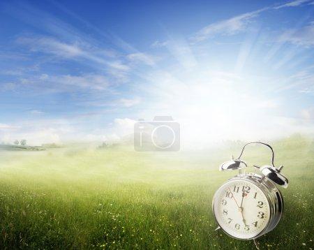Photo pour Réveil dans le champ de printemps ensoleillé - image libre de droit