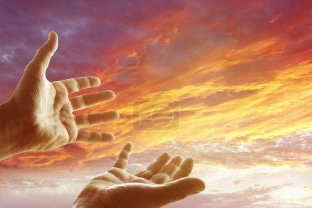 Photo pour Mains le ciel - image libre de droit
