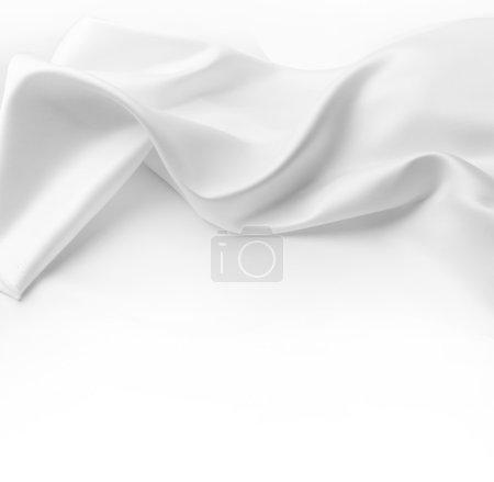 Photo pour Gros plan de tissu de soie blanche ondulée. Espace de copie publicitaire - image libre de droit