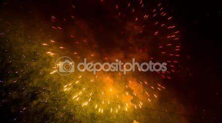 Csodálatos Cirlces és a Golden Rain tűzijáték a éjszaka ég háttere