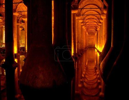 Photo pour La Citerne Basilique les réservoirs souterrains antiques les plus grands et les mieux conservés de Constantinople. Situé dans le centre historique d'Istanbul, en Turquie . - image libre de droit
