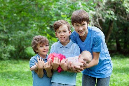 Photo pour Portrait de trois frères et sœurs heureux dans le parc d'été - image libre de droit
