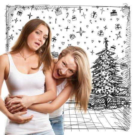 Foto de Dos mujeres en busca de regalos de Navidad y elegirlo - Imagen libre de derechos