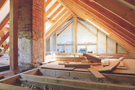 Foto de Una vista interior de un ático de la casa en construcción - Imagen libre de derechos