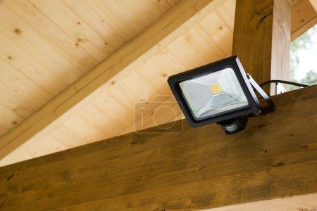 Photo pour Projecteur led avec capteur de mouvement dans l'abri extérieur - image libre de droit