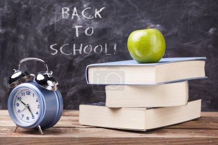 """Photo pour Concept de retour à l """"école - pomme, livres et réveil - image libre de droit"""