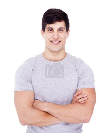 Photo pour Souriant jeune homme décontracté regardant la caméra avec les bras croisés, isolé sur blanc - image libre de droit