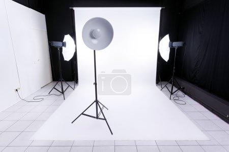 Photo pour Studio photo moderne avec équipement d'éclairage - image libre de droit